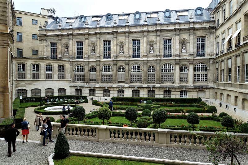 Hôtel de Toulouse courtyard garden