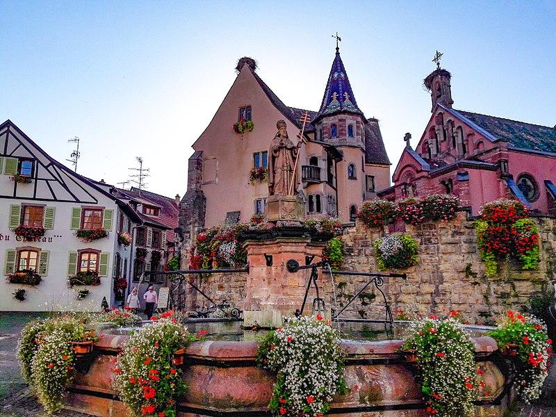 La place du Château Saint Léon à Eguisheim